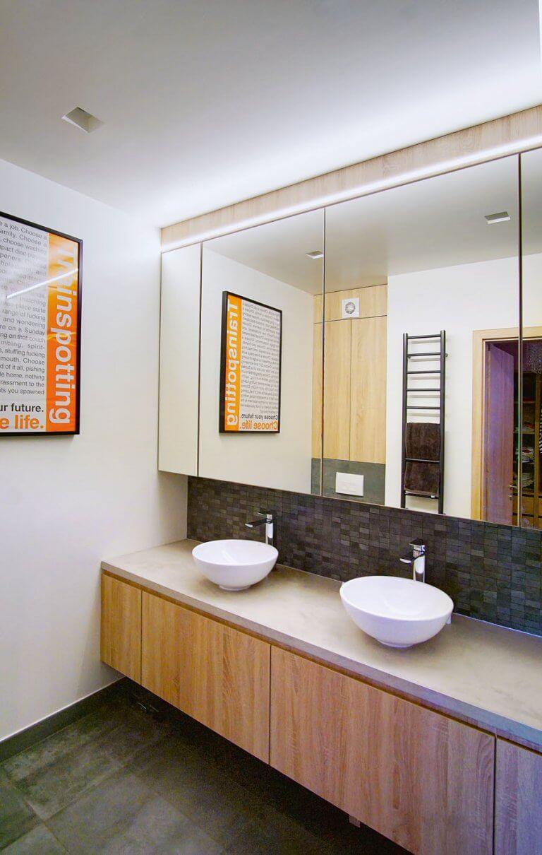 dupla mosdós fürdőszoba