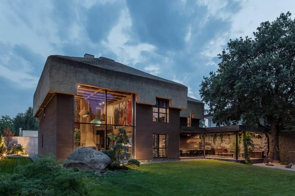 modern nádtetős ház