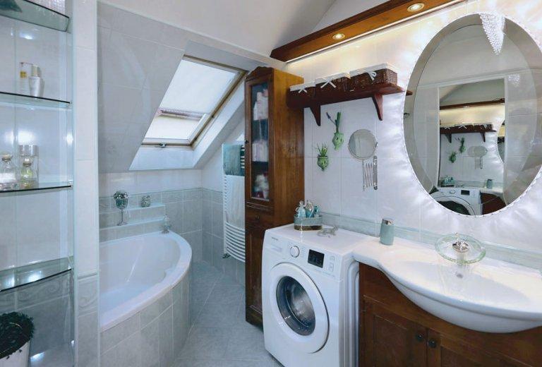 tetőtéri fürdőszoba sarokkáddal